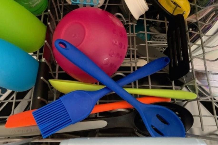 Có cho đồ bếp silicone vào máy rửa bát không
